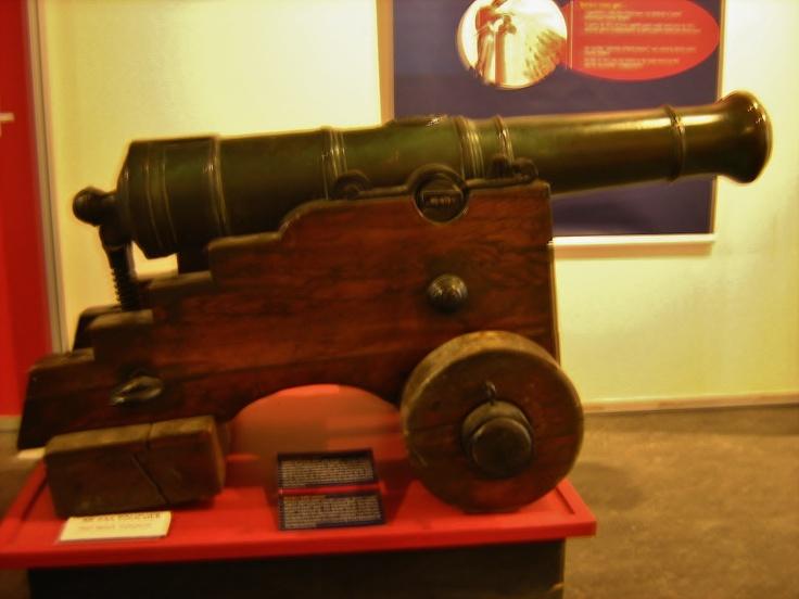 Ce canon américain est l'un des trois derniers ayant servi pendant la bataille de Bunker Hill en 1775 entre les troupes américaines et les forces britanniques. Capturé par les Britanniques, il était exposé sur le terrain de parade de la Citadelle comme trophée. Fort symbolique, il a été l'objet de deux tentatives de vol orchestré par les Américains dont la dernière remonte à 1951. Longtemps conservé secrètement dans les voutes du musée, il est désormais une pièce maîtresse de ses expositions…