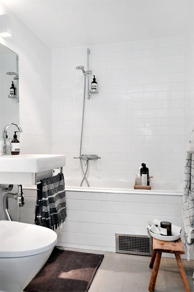 Badrum inredd med rÅgrund badrumsmöbler med kollagebild på stol ...