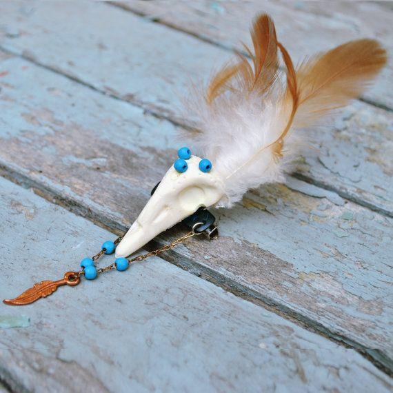 White resin skull brooch. Skull bird TheGipsyGal,  € 15.00  Spilla teschio resina bianca. Teschio di uccello di TheGipsyGal, €15.00