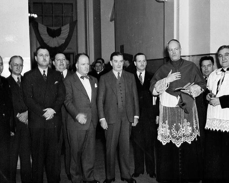 Paul Sauvé, Maurice Duplessis et Mgr Charbonneau, lors de la bénédiction de l'École centrale des Arts et des Métiers à Montréal en 1947