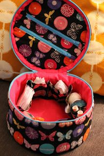 Free Tutorial to make this 'Traveling in Circles Tote' by Bryan House Quilts: Girl Friday Sews. this project has two zippered pockets in the lid too...