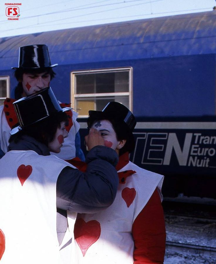 Preparativi di trucco per il grande Carnevale di Venezia