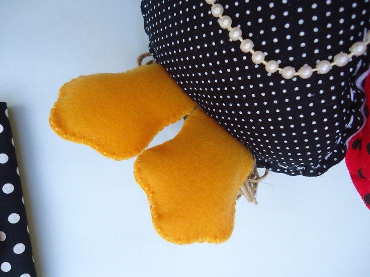 Confeccionado em feltro e tecido tricoline 100% algodão, com enchimento de fibra siliconizada antialérgica.  Produto 100% artesanal, peça exclusiva, lavável.  A galinha possui aproximadamente 20cm.  Acabamento com flores e folhas de feltro, fios de juta e cordão artesanal.  O fechamento é feito c...