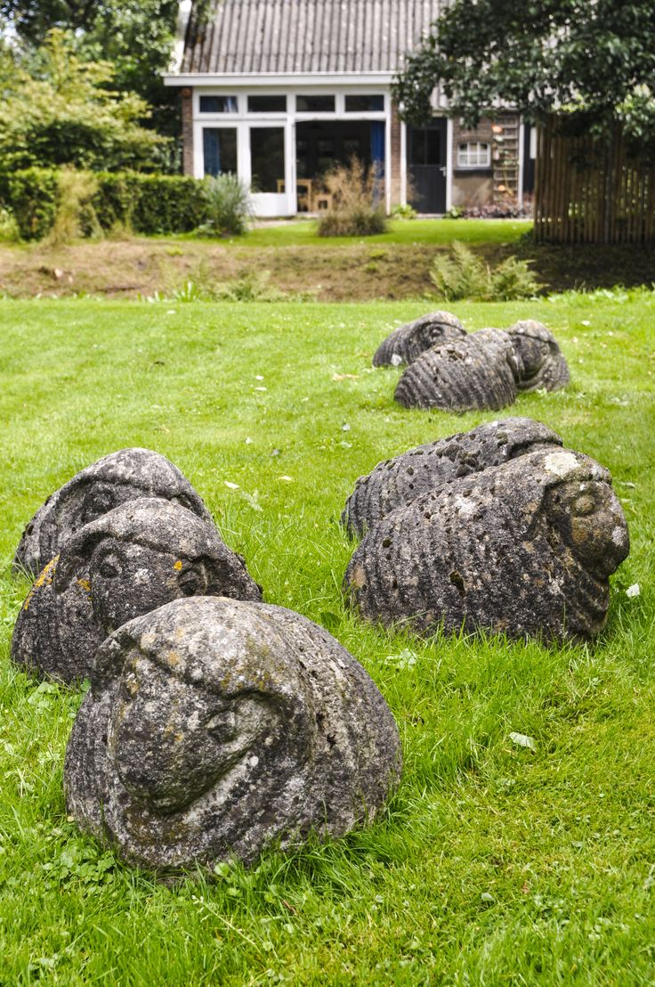 Stenen schapen... zeer mooi... maar een hel om met de grasmachine langs te gaan, denk ik.