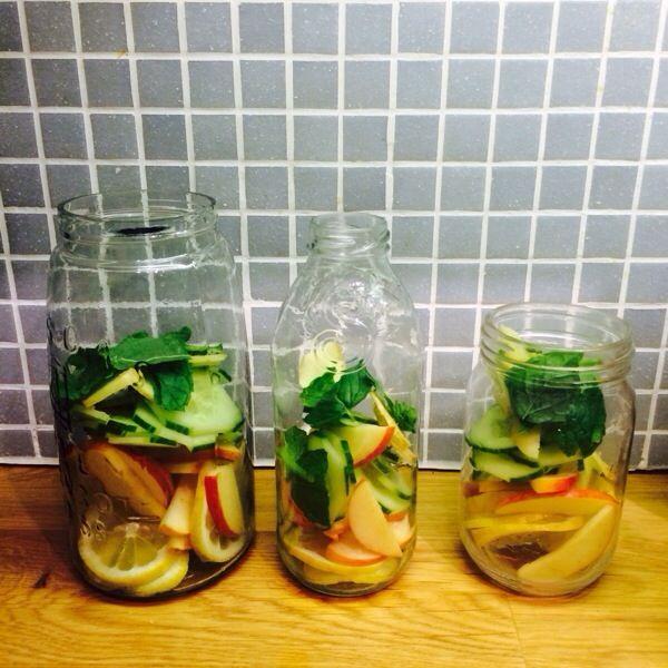 Detoxvatten - en nyttig smaksensation Äpple, gurka, ingefära, citron och mynta. Recept på www.detoxvatten.se