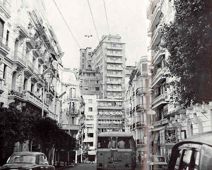Alger La Rue Michelet Descendre La Rue Michelet C Etait Aller Au Devant Du Soleil Et De La Mer Chaque Matin Le Fremissement De L Alger Rue Histoire Algerie