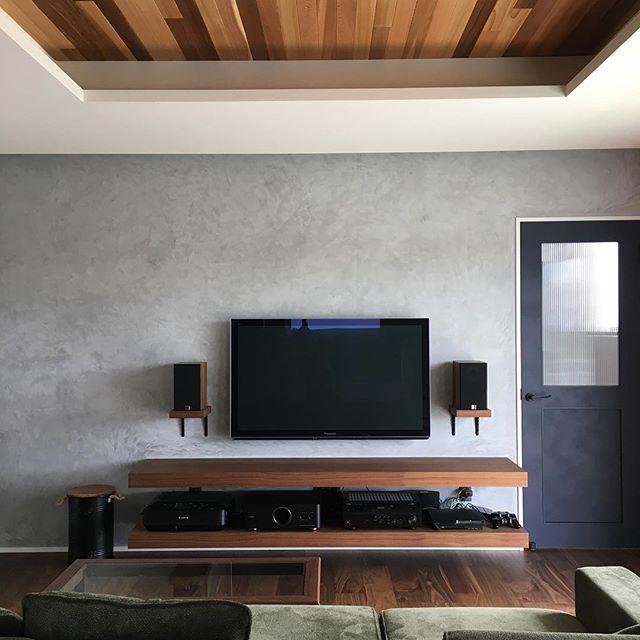 リビングに 壁掛けテレビ と スピーカー が設置されてこんな感じになり