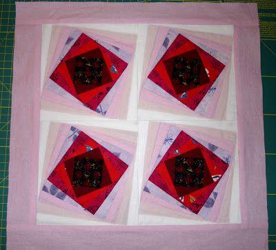 Toto je fotka jednoho z mých prvních charitních projektů – Pink quilt. Zhruba před 10 lety se díky Bellusu mohly české patchworkářky zúčastnit amerického projektu na podporu boje s rakovinou prsu. Úkolem bylo vytvořit jeden blok v převážně růžových barvách. Bloky se pak poslaly do USA, kde je patchworkářky během společné akce sešily do dek a proquiltovaly. Fota z akce i bloky stále můžete najít na http://www.bellus-gallery.com/spolecne_prace/pink_quilt.php