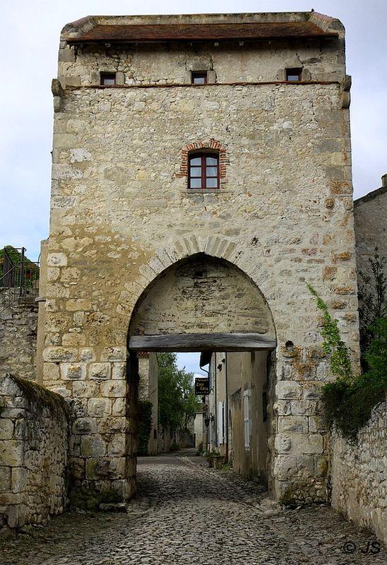 la porte d'Orient dans village médiéval - Charroux, Auvergne
