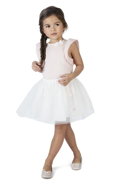 Tee shirt manches courtes rose pastel, en jersey de coton parfait pour l'été, sublimé par des emmanchures à volant en popeline jacquard, ouverture goutte dans le cou et les petits papillons légers sur le col. Jupon blanc et ballerines blanches