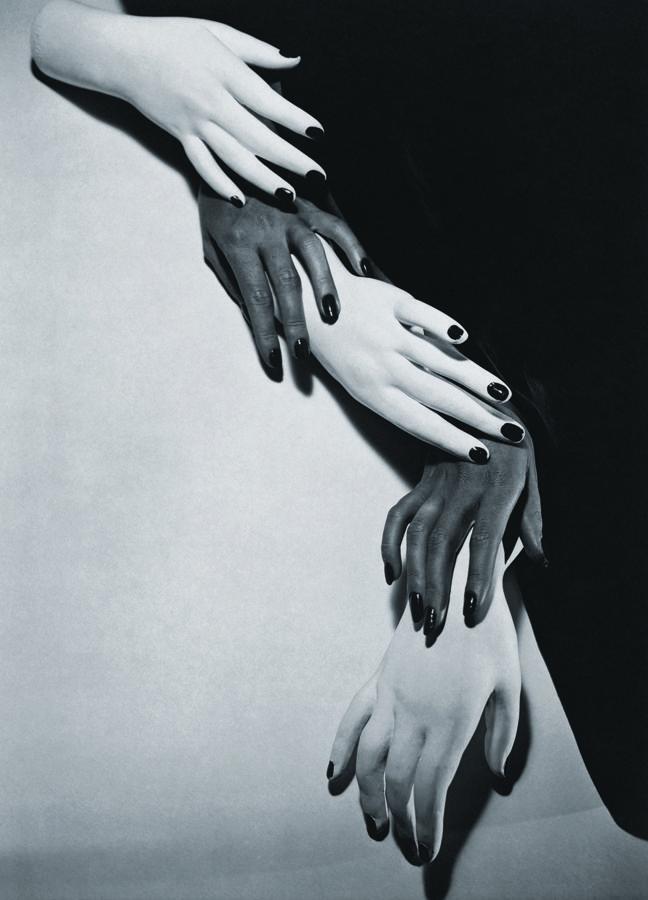 L'exposition est sublime. Elle se tient à la Galerie Azzedine Alaïa. Elle s'intitule Entre l'art et la mode. Ce sont 200 photographies, de 70 photographes du XIXe siècle à aujourd'hui, de Man Ray à Helmut Newton, de Moholo-Nagy à Francesca Woodman, de Daido Moriyama à Alfred Stieglitz.