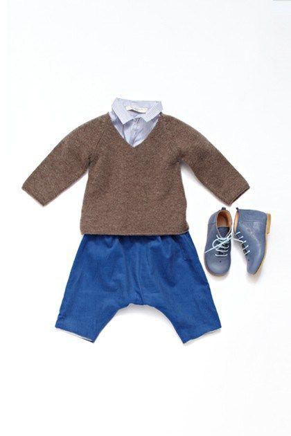 pantaloni blu elettrico con camicia, maglioncino e scarpette azzurre