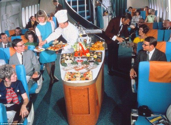 Dalam rangka merayakan hari jadinya yang ke-70, maskapai Skandinavian Airlines dari Norwegia memamerkan deretan foto klasik suasana kabin pesawat zaman dulu, terutama ketika menu makanan disajikan bagi penumpang. Foto: Scandinavian Airlines
