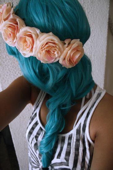 coloration cheveux bleu avec couronne de fleurs
