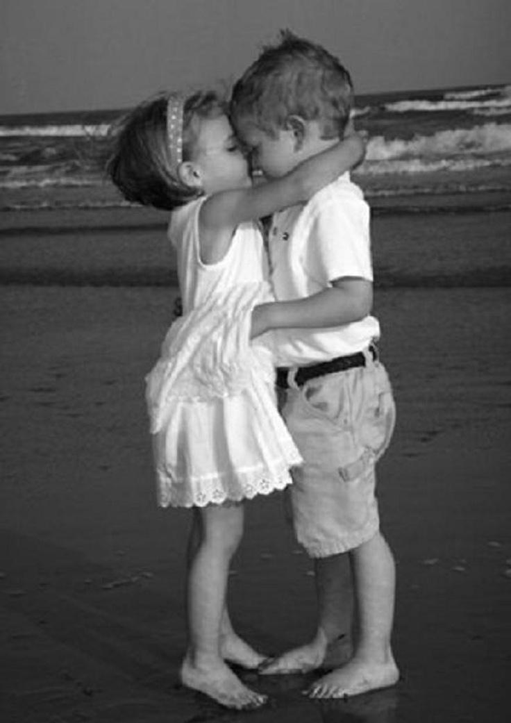 Картинки мальчик с девочкой целуются, октября