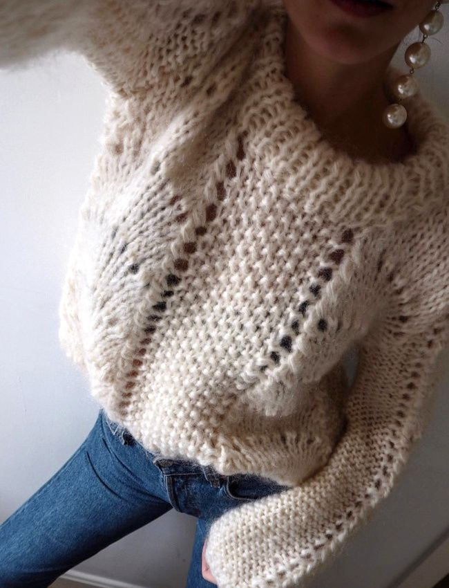 Pull ultra cosy + mono boucle d'oreille extra longue = le bon mix (pull Ganni - photo Zina Charkoplia)