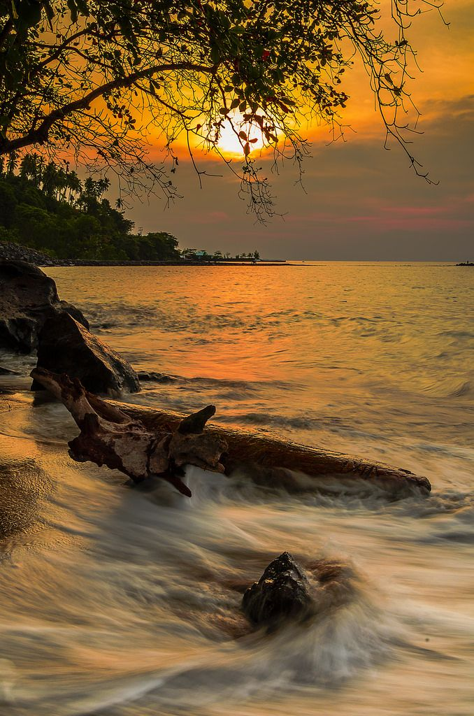~~Afternoon before lunar eclipse | Tanahwangko, North Sulawesi, Indonesia | by jeiksencornelius~~