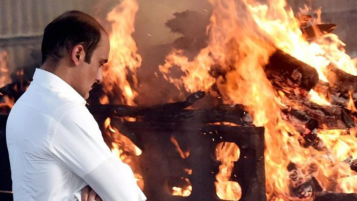 Bollywood actor Akshay Khanna during the cremation of his father veteran actor Vinod Khanna in Mumbai on Thursday. Vinod Khanna — veteran Bollywood actor, politician and former union minister — was hospitalised over a month ago for cancer but the family then remained tight-lipped about his condition. Veteran Bollywood actor, politician and former union minister … Continue reading Vinod Khanna dies at 70: Amitabh Bachchan, Rishi Kapoor and others attend funeral →