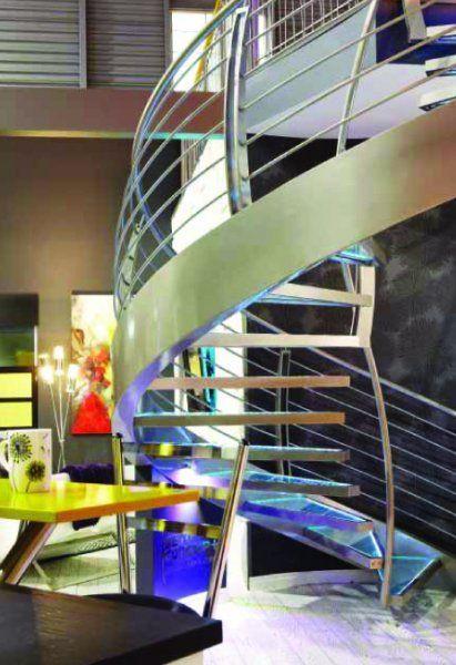 Escalier aérien de verre et de métal - Sofa Déco 2011