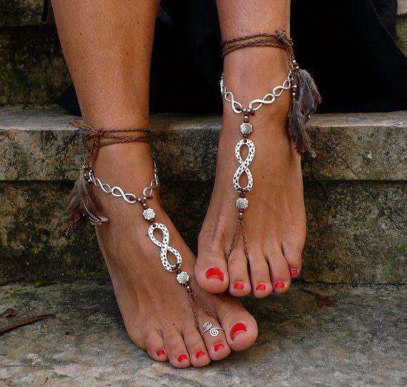 Dieses Angebot gilt für ein Paar Sandalen barfuß und eine Zehe Ring. Wunderschöne und einzigartige barfuss Sandalen mit einem ethnischen Vibration. Sie sehen toll aus als Halskette oder an den Händen auch :) Handmade gehäkelt mit Liebe und Sorgfalt mit braun gewachst Polyester Schnur, Silber unendlich Metallperlen, Silberperlen, Glasperlen und braunen Federn. Die Spitze ist lang genug, um es 2 Mal um das Bein wickeln. Jedes Ende der Zeichenfolge ist mit silbernen Perlen und Federn braun…
