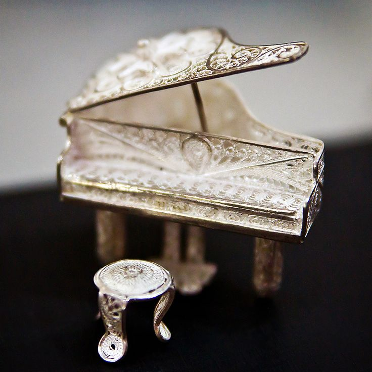 Tiny #silver piano - Kota Gede, #Yogyakarta, #Indonesia - - www.gdecooman.fr portfolio, cours et stages photo à Lille, visites guidées de Lille.
