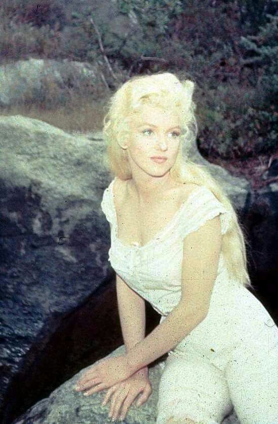 Marilyn on the set of River of No Return, 1953. | Marilyn ...