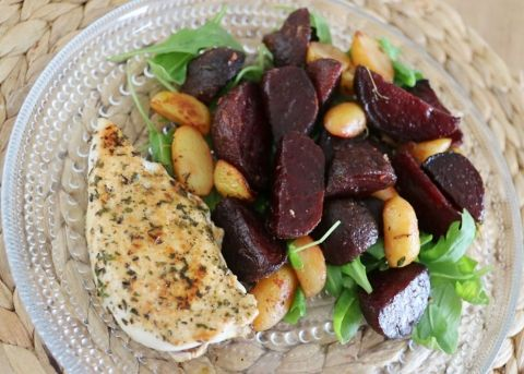 Geroosterde bietensalade met mediterraanse kip