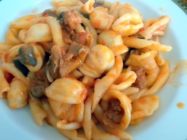 Pasta fresca con sugo di funghi e salsiccia, ricetta veloce