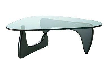 Table basse Coffee table  Le sculpteur Isamu Noguchi lui-même considérait la Coffee Table comme sa création de mobilier la plus réussie, notamment parce qu'elle rappelle ses sculptures biomorphiques et transpose leur langage formel dans un meuble à l'esthétique sculpturale.  Designer :ISAMU NOGUCHI Marque :VITRA Couleur :NOIR Dimensions : L 128cm H 40cm P 93cm  #Jbonet #design #Vitra