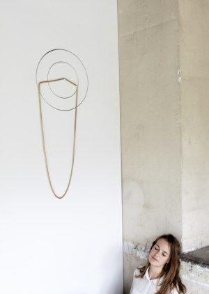 Lifelong, Sara Beesems. Vreselijk mooie manier om de tijd te visualiseren. Een sieraad aan de muur, dat schoonheid brengt in het verstrijken van de tijd. Geïnspireerd door gevangenisstraf, tijd uit zitten.