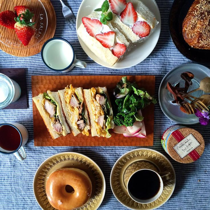 「おはようございます! 今朝はあるもので色々寄せ集めた朝ごはん♪ いちごサンドイッチ&てりたまトーストサンド・ミスドのドーナツに息子がおつかいしてきてくれた栗のデニッシュ ・ いちごサンドは生クリーム大好きな長女がぺろりとたいらげました ・ ・」