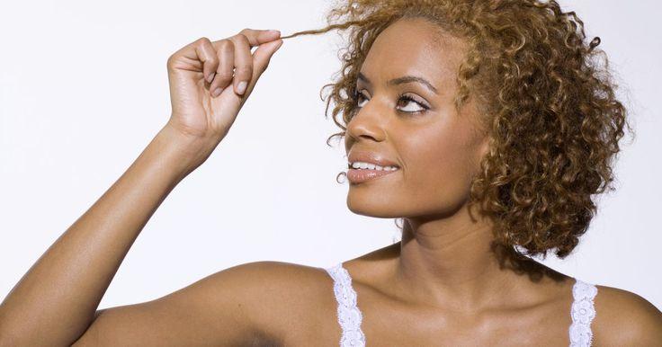 Acondicionadores completamente naturales para el cabello rizado. El cabello rizado naturalmente es más seco que otros tipos de cabello. Acondiciona el cabello rizado con acondicionadores naturales que puedes elaborar en casa. Usa ingredientes que puedes encontrar en tu cocina para tener los rizos suaves y brillantes que deseas. Además, tienes la ventaja de que no hay químicos desconocidos en estos ...