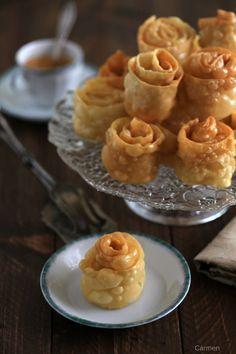 Las hojuelas sefardíes son unos dulces de masa frita y bañada con almíbar tradicionales de la gastronomía sefardí.