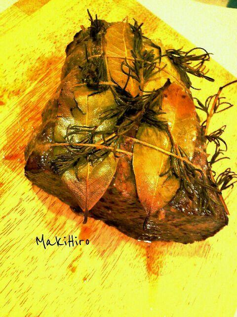 ローストビーフ的な料理です。赤ワインに合わせようと思って。ハーブはローリエとローズマリー。 - 439件のもぐもぐ - 牛かたまり肉のハーブマリネロースト。切る前。 by MakiHiro
