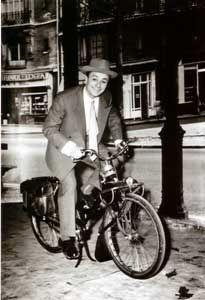 Fernand Raynaud sur un VeloSoleX 660
