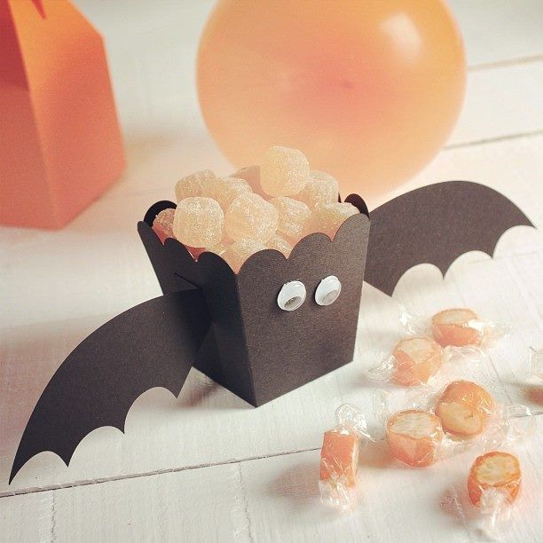 Halloween decoration! Ideal for sweet tables! Visit our website for more Halloween ideas: http://selfpackaging.com/35-halloween // #halloween #halloweenideas #diyhalloweenideas #halloweenparty #diybats
