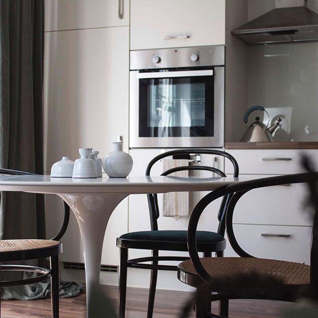 I wish you all a lovely start into your week! #kitchendesign by #zweidesign #interiorismo #midcenturyfurniture #contemporaryinterior #bauhaus #marcelbreuer #modernism  #interiordesign #chairlove #interiorandhome #cleandesign #architectureanddesign #midcenturymodern #colorfulinterior #inredningsdesign #minimalmood #Nordicdesign #Inneneinrichtung #danishdesign #frenchinterior #heminredning #architecturallighting #italiandesign #inredningsdetalj #scandinavianhome #minimaldesign…