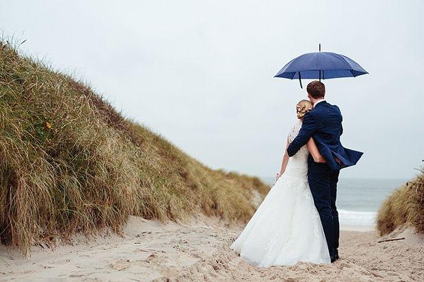 Auf Sylt mit Blick auf die Nordsee | Fotografie: Pink Pixel Photograph (www.pink-pixel.de) #Brautpaarshooting #Hochzeitsfotos #Sylt