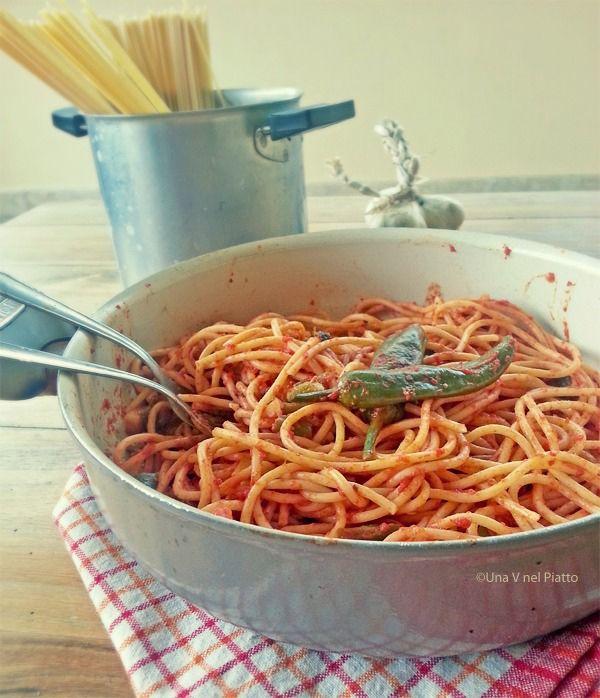 Un buon primo piatto semplice che unisce il sapore dei peperoni friggitelli a quello della conserva di pomodoro fatta in casa.