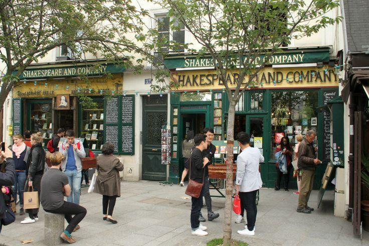 En esta legendaria librería de París con paredes tapizadas de libros hasta puedes quedarte a dormir (Shakespeare and Company)