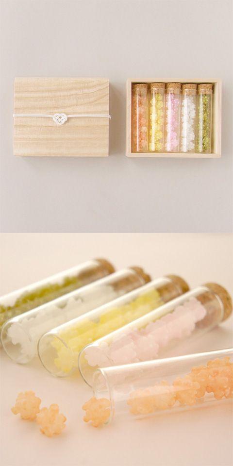 【瓶入り金平糖(中川政七商店)】/優しい日本の味の金平糖を硝子のコルク瓶に詰めました。 長い時間をかけて、じっくりと作られる甘い金平糖は、ご結婚のお引き菓子としても縁起のよいものとされ人気です。 色とりどりの金平糖を、おめでたい贈りものに。 桐箱には、水引き(白のあわじ結び)がかかっています。 #package #weddinggift #gifts