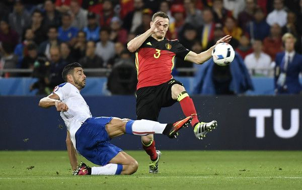 Belgium's defender Thomas Vermaelen (R) vies for the ball against Italy's Graziano Pelle during the Euro 2016 group E football match between Belgium and Italy at the Parc Olympique Lyonnais stadium in Lyon on June 13, 2016. / AFP / jeff pachoud