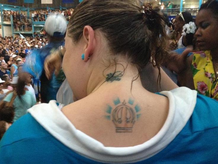 Torcedora Natalia Diniz tatuou as costas em homenagem à Vila Isabel. G1 - Carnaval 2013 no Rio