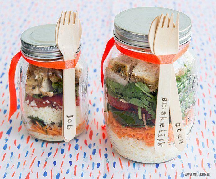 Zomers weer vraagt om salade én een picknick. Deze zomerse salade neem je zo mee in een pot. Wat brood erbij en je hebt een gezellige en gezonde maaltijd.