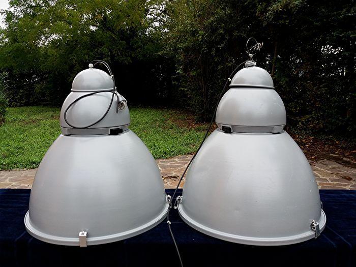 NEMESI AEC - paar licht terugwinning lampen  Paar licht terugwinning lampen voor projectie en decoratie voor de tuin meubilair pleinen en verlichting door het hele huis. NEMESI AEC heeft in een ronde/conische vorm een 'dimmer' systeem waarbij eenvoudig en betrouwbaar aanpassing van de lichtstroom. Het heeft een ander bereik van optica waarmee een heldere en uniforme lichtverdeling zonder schitterende groene zones huizen planten enz. Metalen aluminium lampen gebruikt bij de ontwikkeling van…