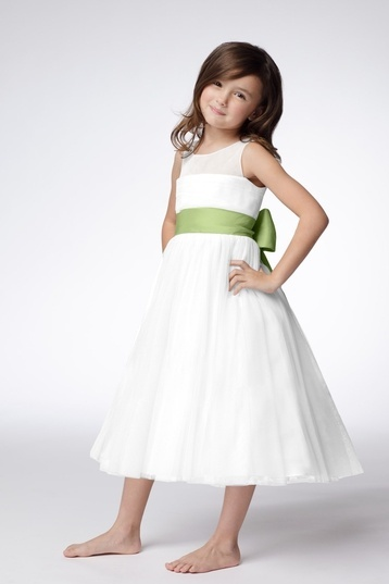 Vestido para #pajecita color blanco con listón verde. #Bodas