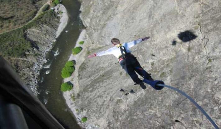 Έκανε μπάντζι-τζάμπινγκ από γέφυρα ύψους 190 μέτρων στα 80 της