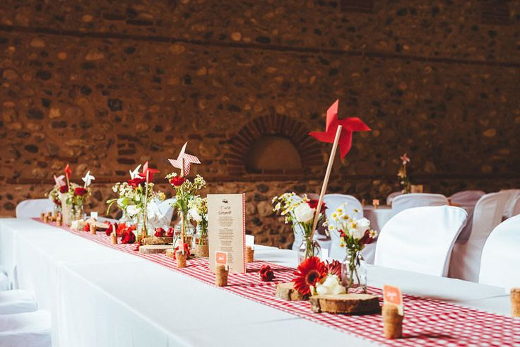 Mariage Guinguette, Vichy rouge, moulin en papier, paquerette, décoration de table, Les Colorieuses Wedding planner, France, Chateau Nadal Hainaut, Catalogne, Pholio Photographie