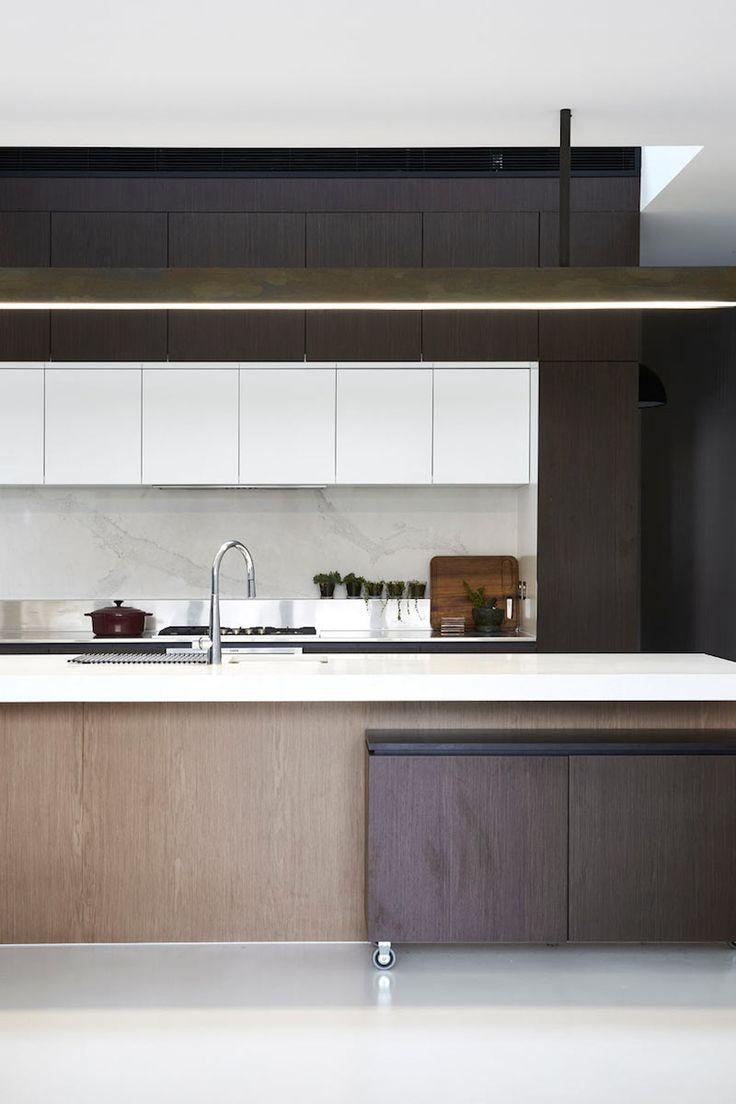 Strakke lijnen en warme tinten   moderne keuken in licht hout, donker hout en wit...