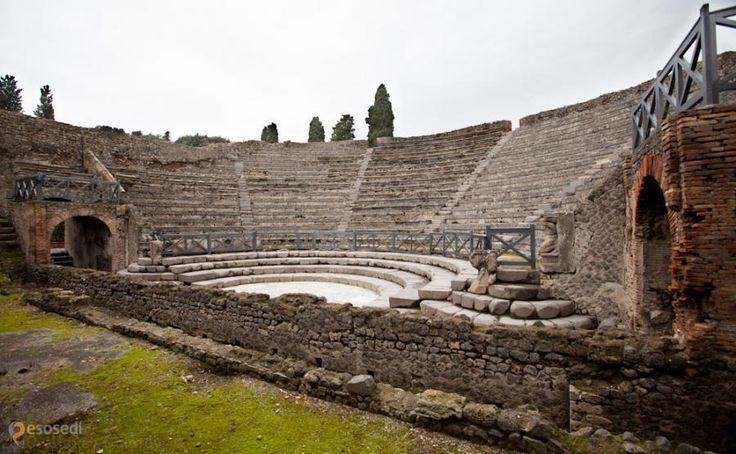 Музей под открытым небом Помпеи – #Италия #Кампания (#IT_72) Помпеи - известнейший из городов Древнего Рима, погибших при извержении Везувия в 79-ом году.  http://ru.esosedi.org/IT/72/1000462483/muzey_pod_otkryityim_nebom_pompei/